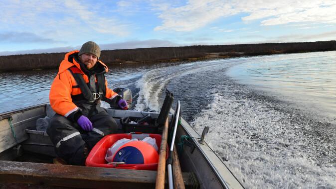Kim Præbel, professor ved UiT, i båten på Tinnsjøen. Vil de finne den bitte lille fisken fra de så på filmen?