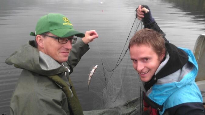 Kjartan Østbye (t.v.) og Marius Hassve i båten under feltarbeidet i Tinnsjøen.