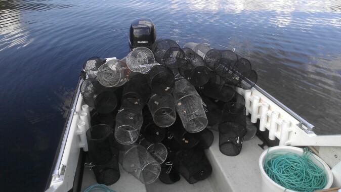 Klare til røyejakt, med båten fullastet av feller.