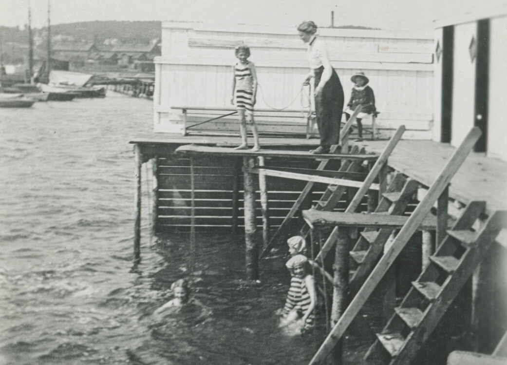 Jenter lærer å svømme på Moss kurbad cirka 1910.