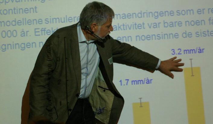 Eystein Jansen viser frem noen av klimamodell-resultatene som kommer i klimarapporten. Blant annet vet man nå at havet i snitt stiger med 3,2 millimeter per år. (Foto: Bjørnar Kjensli)