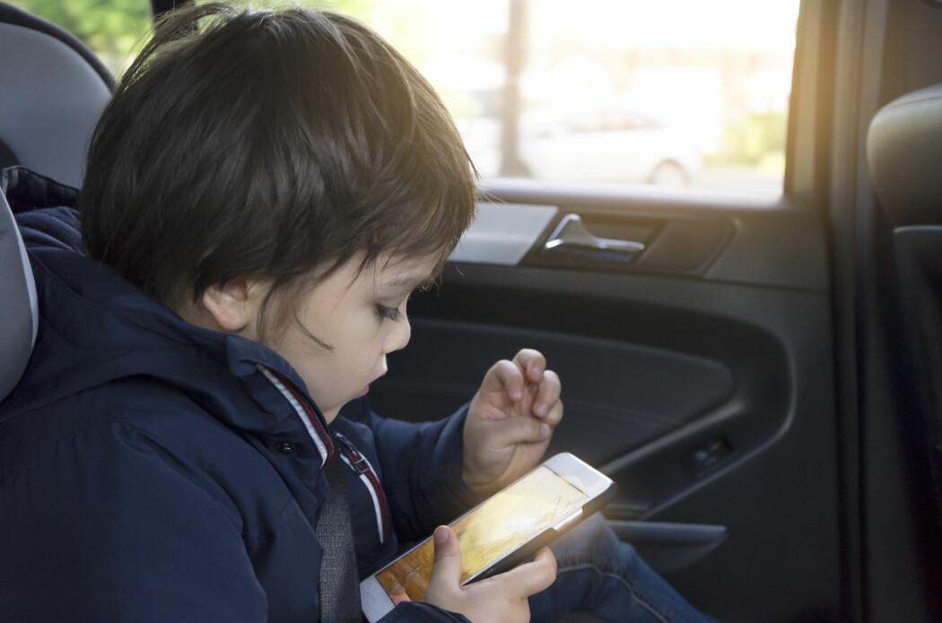 Tidligere forskning har basert seg på hva foreldrene vet om barnas mobil- og nettbrettbruk. Nå har amerikanske forskere brukt andre metoder, nemlig apper som registrerer bruken. Da viser det seg at foreldrene har dårlig oversikt.