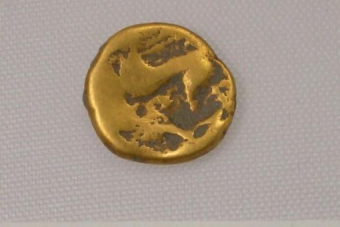 Denne gullmynten fra jernalderen er datert til omtrent 100 før Kristus. Den ble også funnet i nærheten av Wellwick Farm.