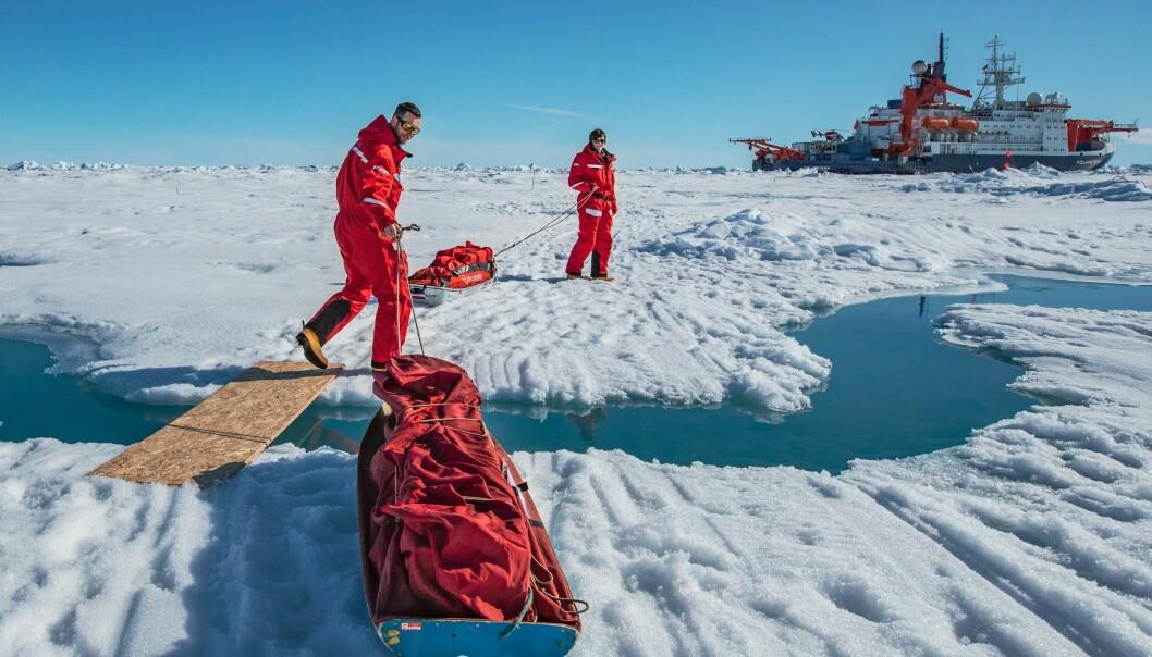 Utstyr fraktes i pulker mellom skipet og Ocean City