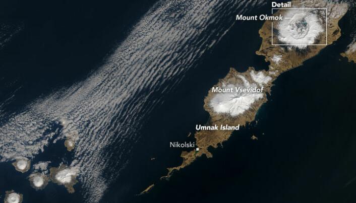 Okmok-fjellet ligger på øya Umnak, i den aleutiske øykjeden. Her har NASA klart å få et sjeldent glimt av vulkanen uten skydekke.