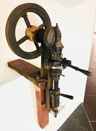 Håndkraft: Dette er Johan O. Dalens falsemaskin fra 1913, som ble brukt til å lukke hermetikkboksene. De ble drevet med håndkraft.