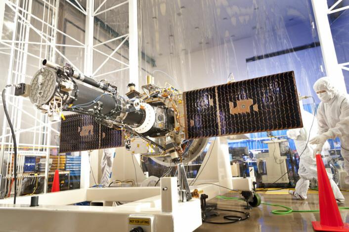 Bilde av Iris i renrom under testfasen. Solpanelene er slått ut. (Foto: Lockheed Martin)