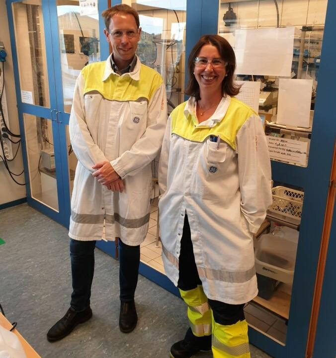 Torfinn Håland og kollega Heidi Hjelmen Kvande på laboratoriet.