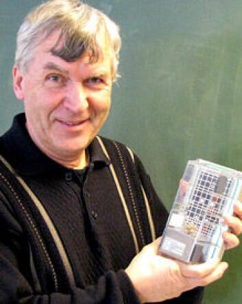 """Tor-Henning Iversen er leder for Plantebiosenteret ved NTNU i Trondheim. Her viser han stolt frem en plante i et vekstkammer brukt i rommet."""