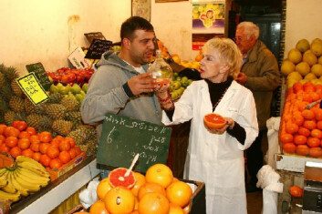 """""""Lege Shela Gorinstein ledet studien. Her er hun fotografert blant folk og frukt på markedet Mahane Yehuda i Jerusalem. Foto: Sasson Tiram."""""""
