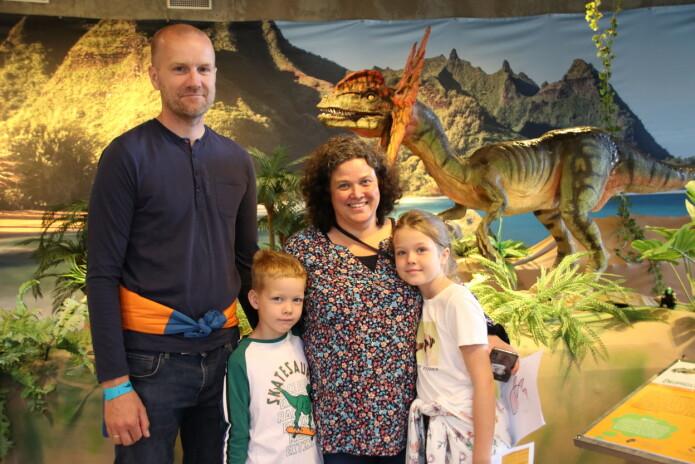 Familien Griffiths Sandaune har tatt truren til vitenskapssenteret i Sarpsborg i ferien. I bakgrunnen er en modell av Dilophosaurus.