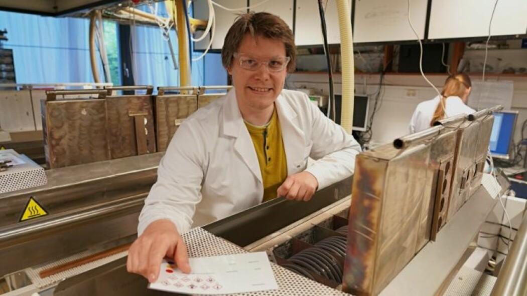 Henrik Hovde Sønsteby viser hvordan de bruker reaktorer som avanserte tetris-maskiner for å lage avanserte materialer.
