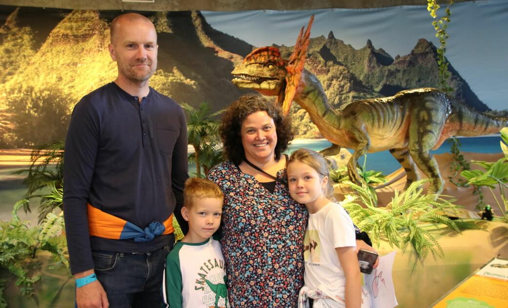 Geir Olav, Tian Benjamin, Linda Therese og Tilda Sofie Griffiths Saudane tok turen innom dinosaurutstillingen i Sarpsborg denne uka.
