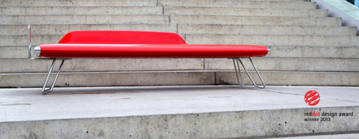 Med fleksible produksjonslinjer kan en båtprodusent like gjerne levere en ikonisk benk støpt i karbonfiber. (Foto: Eker Design)