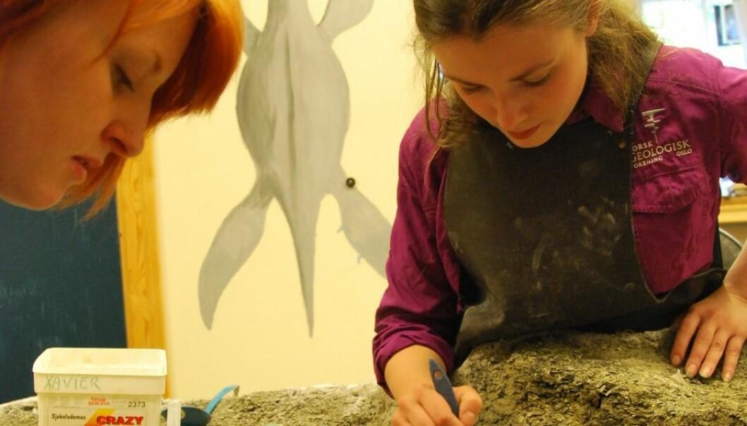Victoria Nash og Aubrey Roberts preparerer fiskeøgla med tilnavnet Mikkel. Hanne Østli Jakobsen
