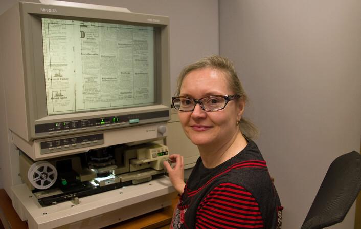 Mikrofilmene av 100 år gamle aviser på Gunnerusbiblioteket har gitt Anne Margrete Fiskvik stoff til en bok om modernismens inntok i norsk dans. (Foto: Georg Mathisen)