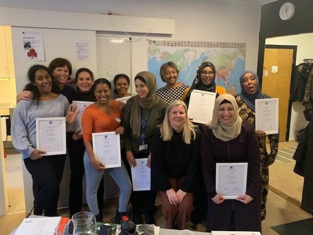 Prosjektleder Marit Severinsen (på huk til venstre) med flerkulturelle doulaer som ble ferdigkurset i Trondheim desember 2019.