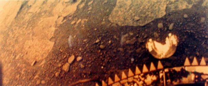 Den russiske romsonden Venera 13 fotograferte understellet sitt og bakken i nærheten i farger den 3. mars 1982. Sonden overlevde omtrent to timer under de tøffe forholdene. (Foto: USSR / Preserved by the NASA National Space Science Data Center)