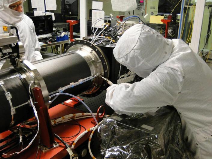 Her jobbes det på spektrografen som IRIS skal ha med seg. (Foto: LMSAL)