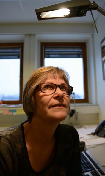 Ordboksredaktør Kari-Anne Selvik bader i ravkraft. (Foto: Ida Kvittingen)