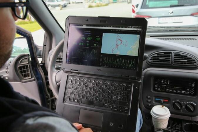Alberto Dallolio viser på PC-en hvor Autonaut har beveget seg de siste to ukene.