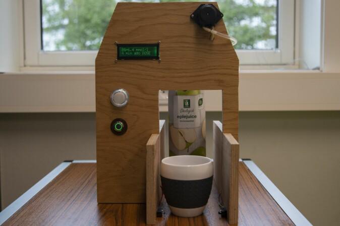 Maskinen måler opp og tapper i et glass jus eller saft til de som har diabetes, når blodsukkeret kommer under et visst nivå.