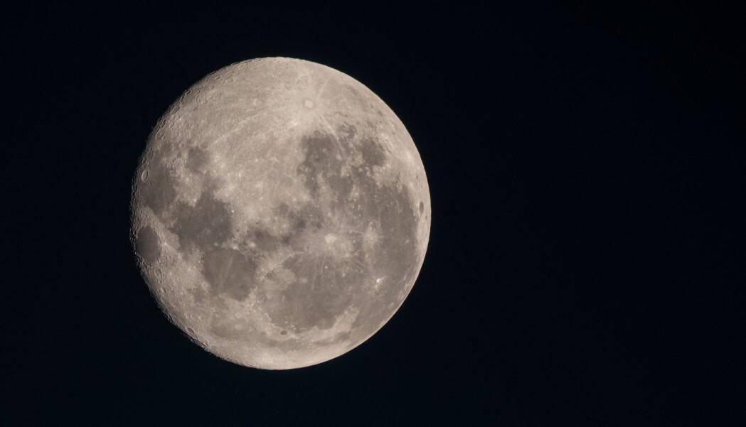 En astronaut fra den internasjonale romstasjonen knipset dette bildet av månen. Hvordan vår nærmeste nabo havnet oppe på himmelen, finnes det flere teorier om.