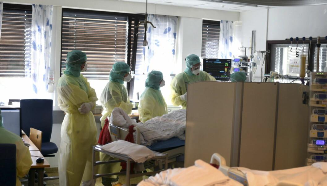 Vestre Viken HF har selv tatt bilder fra innsiden av covid-posten på Bærum sykehus som viser personale iført smittevernutstyr under behandling av en koronasmittet pasient i april.