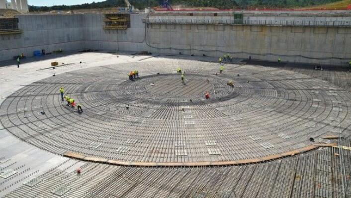 Grunnlaget legges for ITER-reaktoren. Reaktoren vil bli nesten 30 meter høy. (Foto: ITER)