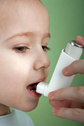 Alvorlige astmaanfall legger beslag på mange barnesenger på sykehusene og er en stor belastning for barna og familiene deres. (Foto: Colourbox)