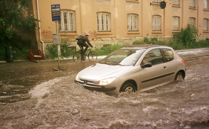Overvømmelse etter skybrudd med regn og hagl i Gamlebyen i Oslo, 10. august 2001. (Foto: Katrine Nordli, Aftenposten.)
