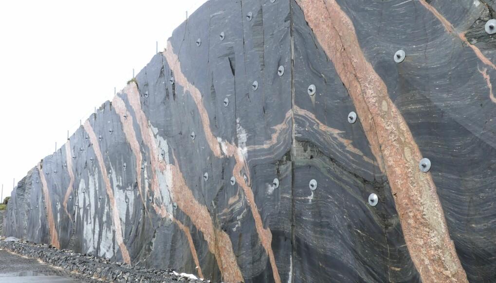 På Atlanterhavsveien kutter 400 millioner år gamle rosa årer urgammelt grunnfjell.