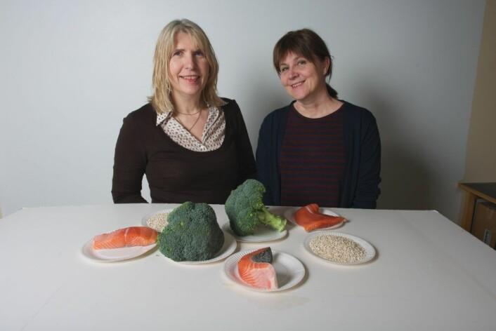 Råvarene i Det sunne måltid presentert av, fra venstre ernæringsfysiolog Ida Synnøve Grini og seniorforsker Bente Kirkhus, begge Nofima. (Foto: Jon-Are Berg-Jacobsen/Nofima)