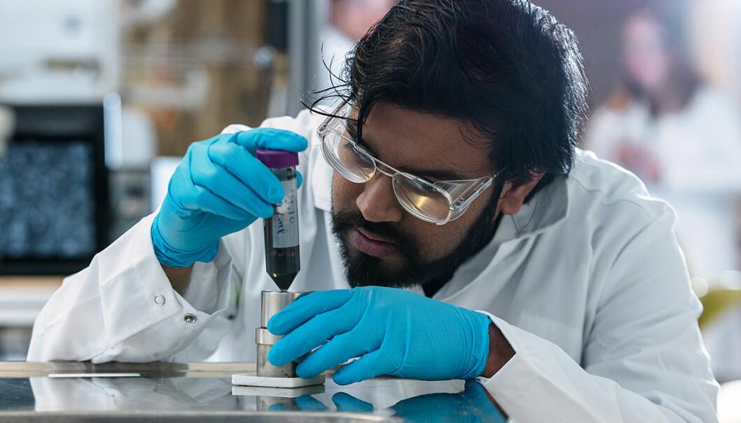 Sulalit Bandyopadhyay er postdoktor ved NTNUs Institutt for kjemisk prosessteknologi. Han har ledet arbeidet med produksjon av de magnetiske nanopartiklene i NTNU-testen.