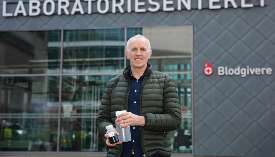 Professor Magnar Bjørås med en testkit i hånda. Den inneholder nok magnetiske nanopartikler og kjemikalieløsning til 10 000 tester.