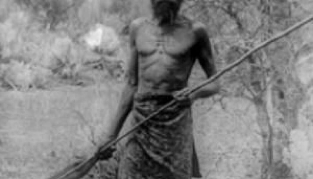 Foto fra omkring 1910 av en mann fra omtrent samme kultur og sted som mannen som donerte hårlokken. State Library of Western Australia