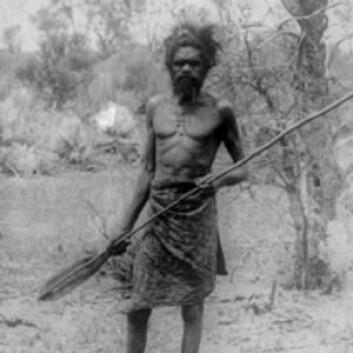 Foto fra omkring 1910 av en mann fra omtrent samme kultur og sted som mannen som donerte hårlokken. (Foto: State Library of Western Australia)