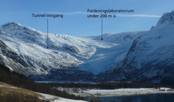 Engabreen sett fra vestsiden av Engabrevatnet. Pilen viser hvor Svartisen subglasiale laboratorium ligger under breen. (Foto: Hallgeir Elvehøy/NVE)