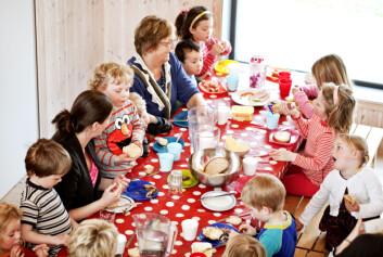 Det kan se kaotisk ut, men lunsjen i Hannes Lekestue er hyggelig for både små og store, med rom for utfall og innspill fra barn og voksne, mener UiS-forsker Berit Grindland. (Foto: Elisabeth Tønnesen, UiS)