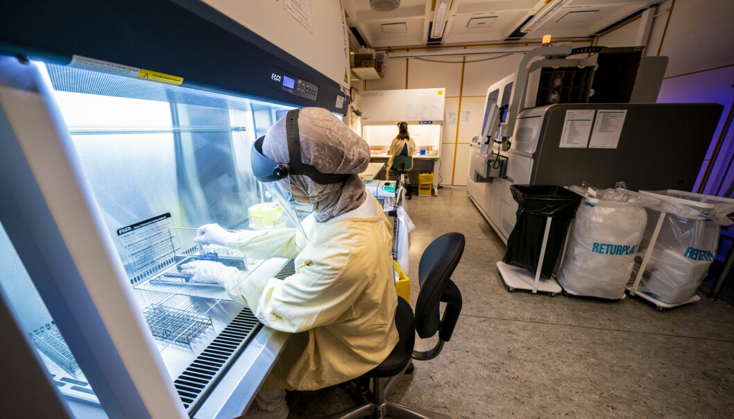 Her tester en bioingeniør prøver for SARS-CoV-2 i en analysemaskin på klinikk for laboratoriemedisin ved Oslo universitetssykehus Ullevål.