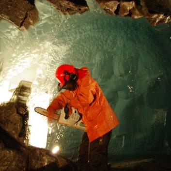 Dr. Miriam Jackson tar isprøver med motorsag under breen. (Foto: Halfdan Benjaminsen/NVE)