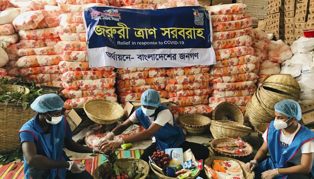 Krisehjelp gjøres klar til å deles ut i Dhaka, Bangladesh. Landet er ett av flere som nå opplever å få langt færre penger sendt hjem fra arbeidere utenlands som følge av koronakrisen.