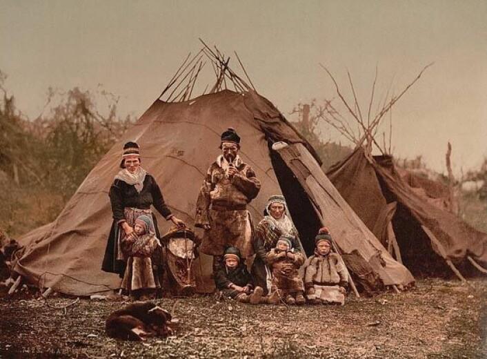 """""""Den samiske boformen har variert med tidene selv om vi har et stereotypisk bilde av den, representert av denne familien fra 1900."""""""