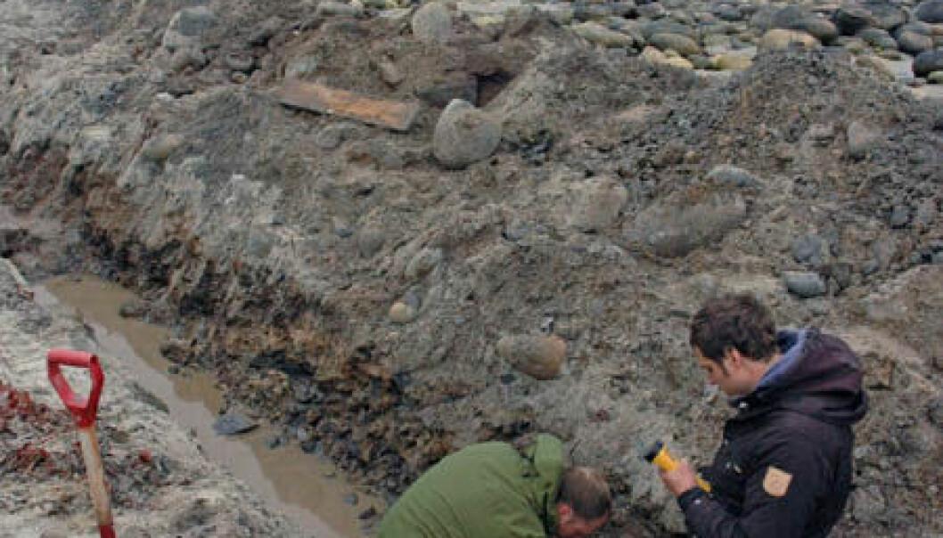 NGU-forskerne Ola Fredin og Marco Brönner har funnet grensen mellom jurabergarter og grunnfjell på Andøya. (Foto: NGU)
