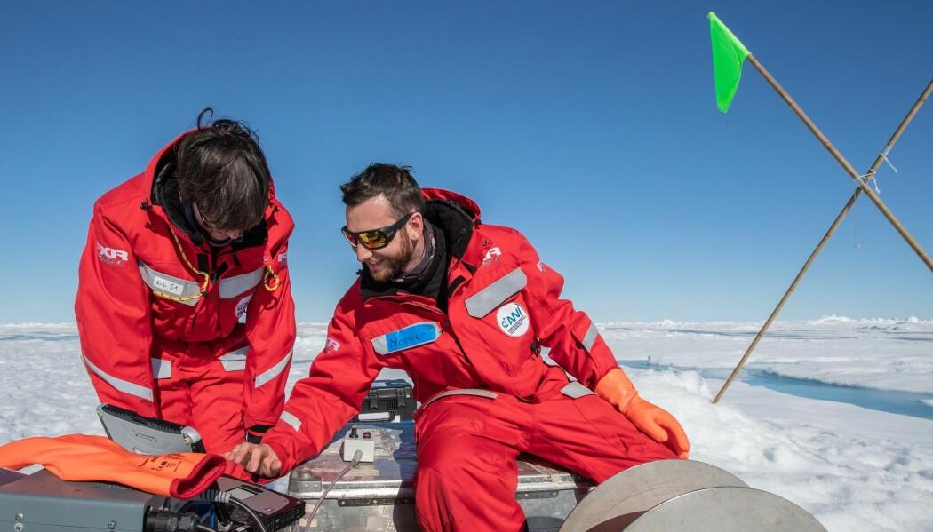 Bilde 1: Morven Muilwijk og Kirstin Schulz fra Team Ocean gjør målinger av havet under sjøisen.
