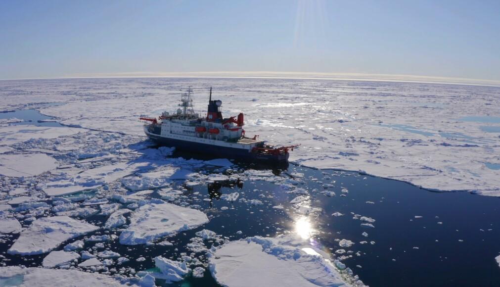 Polarstern driver med sjøisen i polhavet.