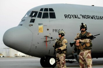 Et sikkerhetslag passer på et fly i Afghanistan. (Foto: Torbjørn Kjosvold, Forsvarets mediesenter)