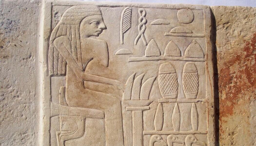 Allerede før faraoer og pyramider satte sitt preg på Egypt, kunne egypterne kunsten å hugge i stein. Arkeologer fant 50 relieffer på en gravplass for vanlige folk.