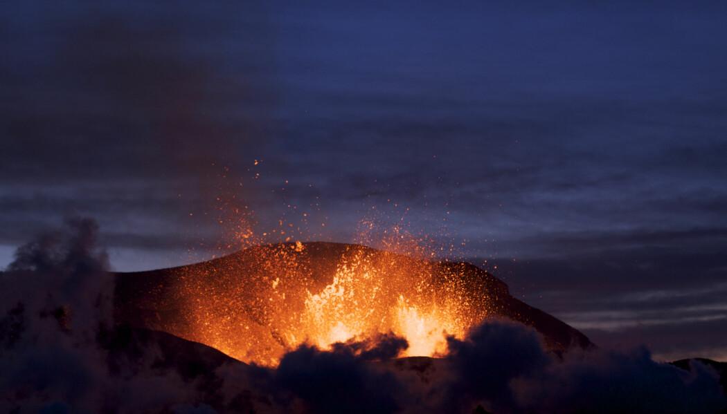 Vulkansk aktivitet ved Fimmvörðuháls på Island. Vulkaner, jordskjelv og fjell kommer alle av tektonisk aktivitet.