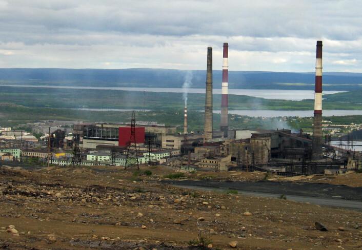 Giftige tungmetaller i større mengder enn normalt er funnet opptil 60 kilometer unna smelteverkene i Nikel (bildet) og Zapoljarnyj. (Foto: Magne Kveseth)